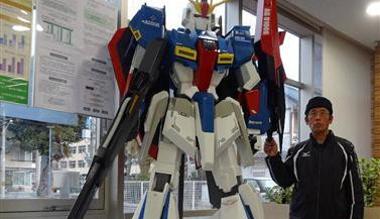日本66岁高龄模型宅 为孙子亲手制作大型高达模型